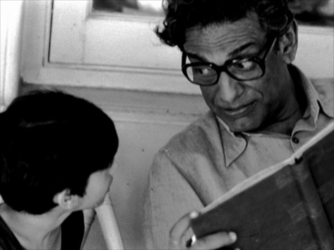 pikoo-1980-001-satyajit-ray-with-actor-arjun-guha-thakurta-on-the-sets-1000x750